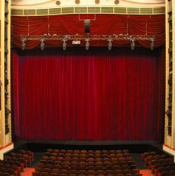 2018-gat-burgtheater-wien-hauptvorhang-clivia-small.jpg